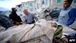 Мужчину выносят из-под завалов после землетрясения в городе Аматриче.