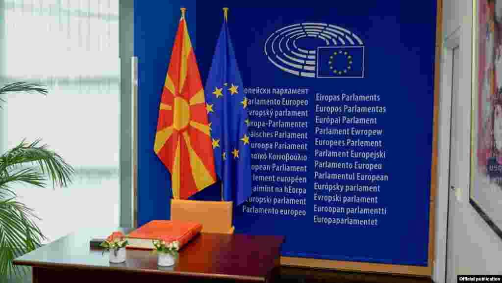 МАКЕДОНИЈА - Лидерот на Европската народна партија (ЕПП), Манфред Вебер, кој e кандидат за претседател на Европската комисија на претстојните избори во ЕУ, изјави дека е неопходно решение за спорот за името меѓу Атина и Скопје и отворање на европерспективата на Македонија.