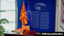Архивска фотографија- Знаме на Македонија и ЕУ во Европски парламент