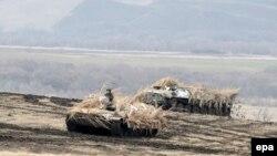 Военные учения недалеко от Луганска, иллюстрационное фото