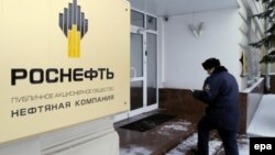 An employee of the Russian oil company Rosneft enters the company's headquarters in Moscow on December 8.