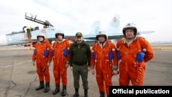 Armena -- Armenian Prime Minister Nikol Pashinian and Russian Air Force pilots pose for a photograph at an airbase in Gyumri, December 27, 2019.