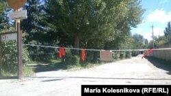 Въезд на территорию одного из поселков Аксуйского района Иссык-Кульской области (Кыргызстан). 26 августа 2013 года.