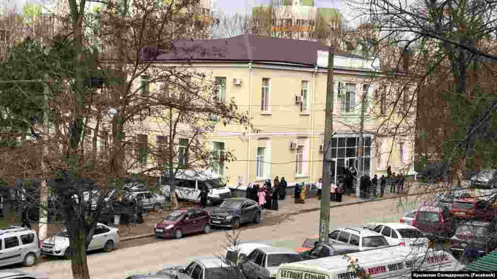 Под зданием подконтрольного России Киевского районного суда собрались люди, поддерживающие задержанных 27 марта крымскотатарских активистов