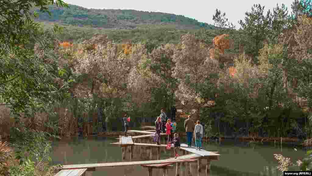 Одно из популярных мест отдыха в Севастополе – Торопова дача – находится на берегу небольшого искусственного озера в межгорной котловине, окруженной лесом