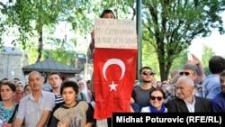 Ljudi čekaju da vide Erdogana tokom njegove posjete BiH, Sarajevo, maj 2015.