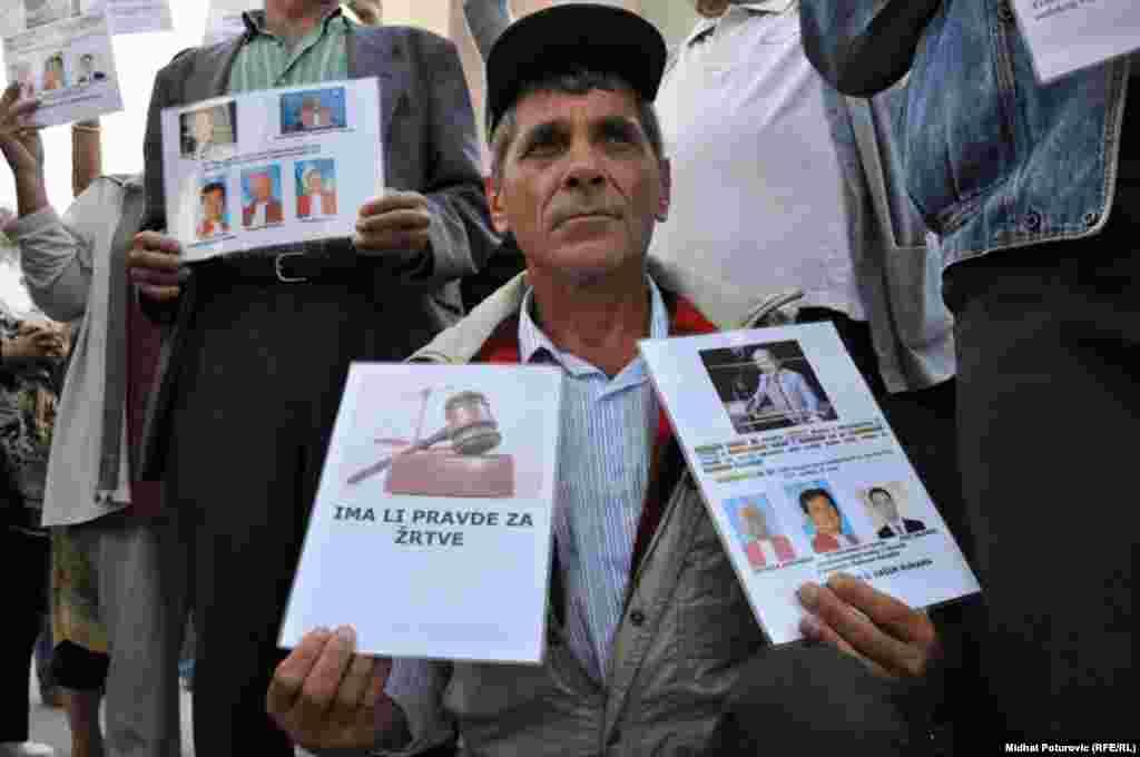 Mirni protesti ispred zgrade UN zbog najavljenog skraćivanja optužnice bivšem lideru bosanskih Srba Radovanu Karadžiću, 16. septemar 2009. Foto: Midhat Poturović