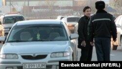 Казакстан -- Жол полициячысы бир автоунааны токтотуп турат. Астана.
