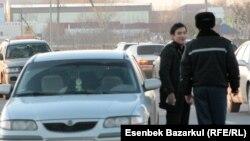 Астаналық жол полициясының басқа қалада тіркелген көлікті тоқтатып тұр. Астана, 9 қараша 2010 жыл