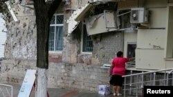 Женщина на фоне поврежденного здания. Дзержинск, 28 августа 2014 года. Иллюстративное фото.