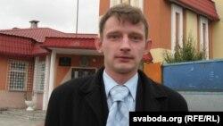 Дзяніс Дашкевіч ля суду.