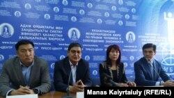 Участники пресс-конференции инициативной группы предлагаемого референдума по внесению изменений в законодательство о выборах. Алматы, 22 октября 2019 года.
