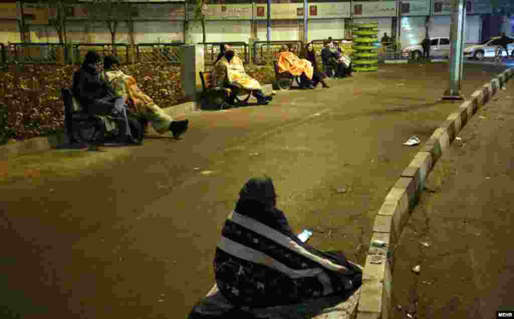 مردم در خیابان؛ تهران.