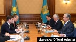 Президент Казахстана Касым-Жомарт Токаев (справа) и совершающий четырехдневный визит в Центральную Азию заместитель государственного секретаря США по политическим вопросам Дэвид Хейл (слева) на встрече в казахстанской столице. 21 августа 2019 года.