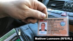 """Konstantin Vajatkin pokazuje svoju novu, """"sovjetsku"""" vozačku dozvolu."""