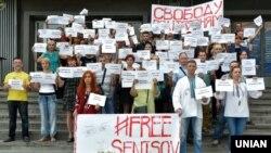 Участники акции в поддержку украинского режиссера Олега Сенцова, находящегося в российской тюрьме. Запорожье, 12 июня 2018 года.