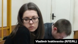 Подозреваемая в терроризме Анастасия Леонова и ее адвокат Игорь Губский в зале суда
