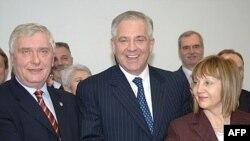 Josip Friščić, Ivo Sanader i Đurđa Adlešić 8. siječnja su potpisali koalicioni sporazum o formiranju Vlade