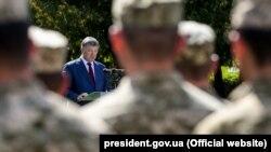 Президент України Петро Порошенко під час виступу у Бродах. 18 серпня 2016 року
