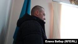 Николай Синявин, пострадавший в результате пыток, выступает в суде.
