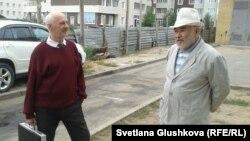 Пенсионеры Антон Фабрый (слева) и Меирман Жазылбеков. Астана, 27 сентября 2013 года.