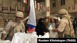 Российские военные раздают гуманитарную помощь жителям сирийского посёлка Хамурия, июль 2019 года