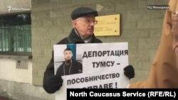 28 декабря члены Правозащитного центра «Мемориал» пикетировали посольство Польши вМоскве, протестуя против этого, скажем так, нехристианского решения