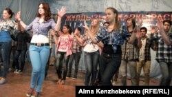 Билеп тұрған балалар. Алматы, 25 маусым 2013 жыл. (Көрнекі сурет)