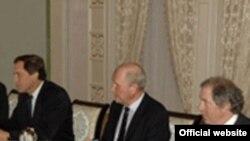 Оқсаройда қабул қилинган АҚШ олимлари Ислом Каримов юритаëтган ташқи сиëсатни обдон мақтадилар.