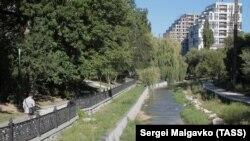 Вид на обмелевшую реку Салгир, Симферополь, август 2020 года