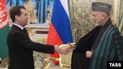 Дмитрий Медведев приветствует Хамида Карзая