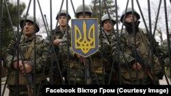 Українські морпіхи у Перевальному не пускають «зелених чоловічків» на територію військової частини. Березень 2014 року
