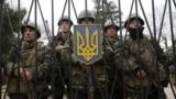 Українські морпіхи у Перевальному не пускають у військову частину «зелених чоловічків»