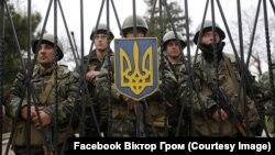 Украинские военные в Перевальном не пускают «зеленых человечков» на территорию военной части. Крым, март 2014 года