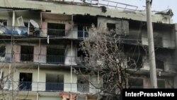 2008 წლის ომის დროს დაბომბვის შედეგად დაზიანებული საცხოვრებელი კორპუსი გორში.