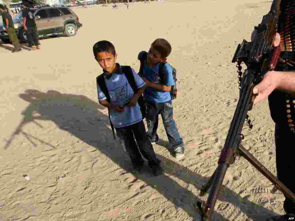 Палестына. Школьнікі і патруль Камітэту народнага супраціву ў Газе.