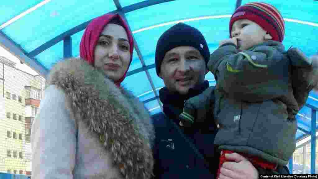 Фигурант второго симферопольского «дела Хизб ут-Тахрир» Эрфан Османов с женой Акиме и ребенком. Он был задержан российскими силовиками 27 марта 2019 года и сейчас находится в СИЗО