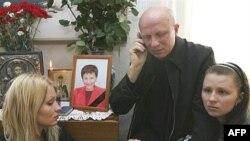Дочери Александра Козулина объявили голодовку и прекратили ее, только когда их отца доставили на похороны жены. Сам Козулин прекращать голодовку не намерен