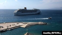 Судно у берегов Миконоса, греческого острова в Эгейском море.
