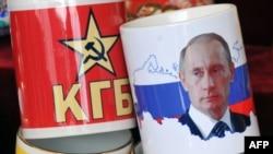 Путиндин сүрөтү түшүрүлгөн сувенир чөйчөктөр. Москва, 6-март, 2012.
