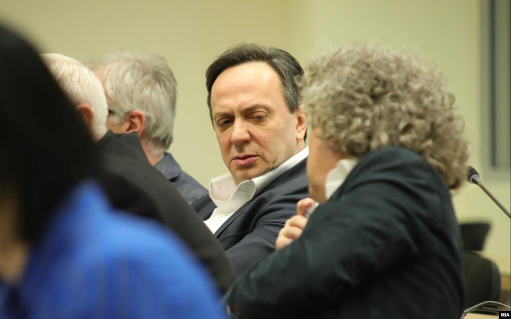 МАКЕДОНИЈА - Во Кривичнот суд, на рочиштето за случајот Таргет - Тврдина, обвинетиот Сашо Мијалков вкрстено го испрашуваше сведокот Звонко Костовски од петата управа во МВР. Мијалков го праша Костовски дали може да докаже дека прислушуваните разговори се снимени во МВР. На што Костовски одговори дека има неколку индикации за тоа.