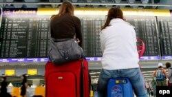 Пасажири у залі очікування франкфуртського аеропорту