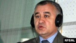 """Убактылуу өкмөттүн мүчөсү Өмүрбек Текебаев """"Азаттыктын"""" студиясында, 2010-жылдын 12-апрели."""