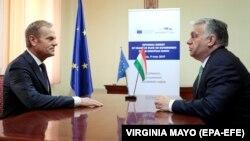 Donald Tusk (balra), akkor még az Európai Tanács elnöke és Orbán Viktor magyar miniszterelnök tavaly Romániában