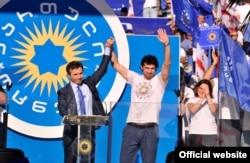 Бидзина Иванишвили (сол жақта) мен Каха Каладзе сайлау кампаниясы кезінде