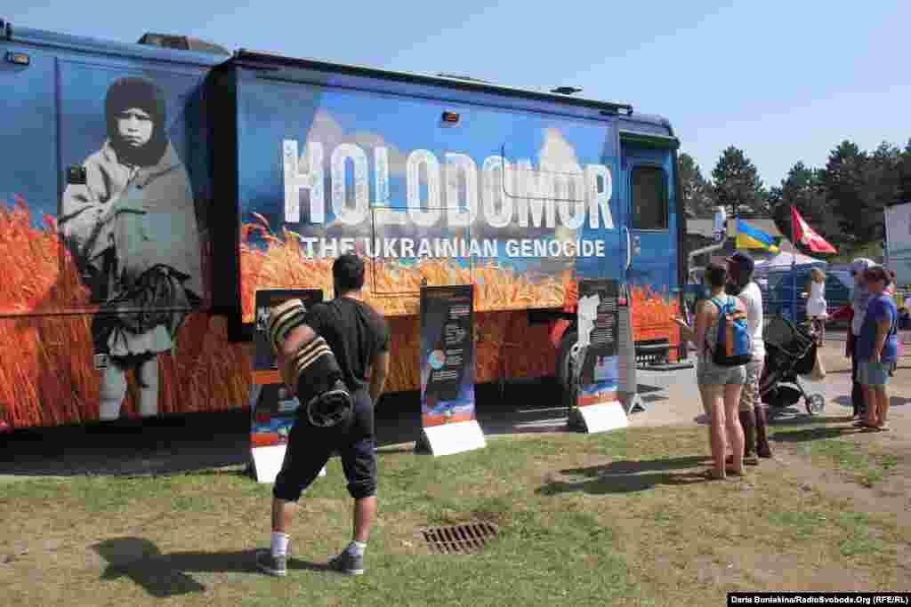 У цьому автобусі показують документальні фільми про Голодомор