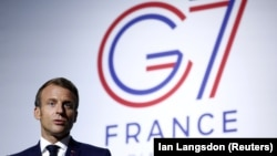 Эммануэль Макрон на фоне эмблемы саммита G7 в Биаррице