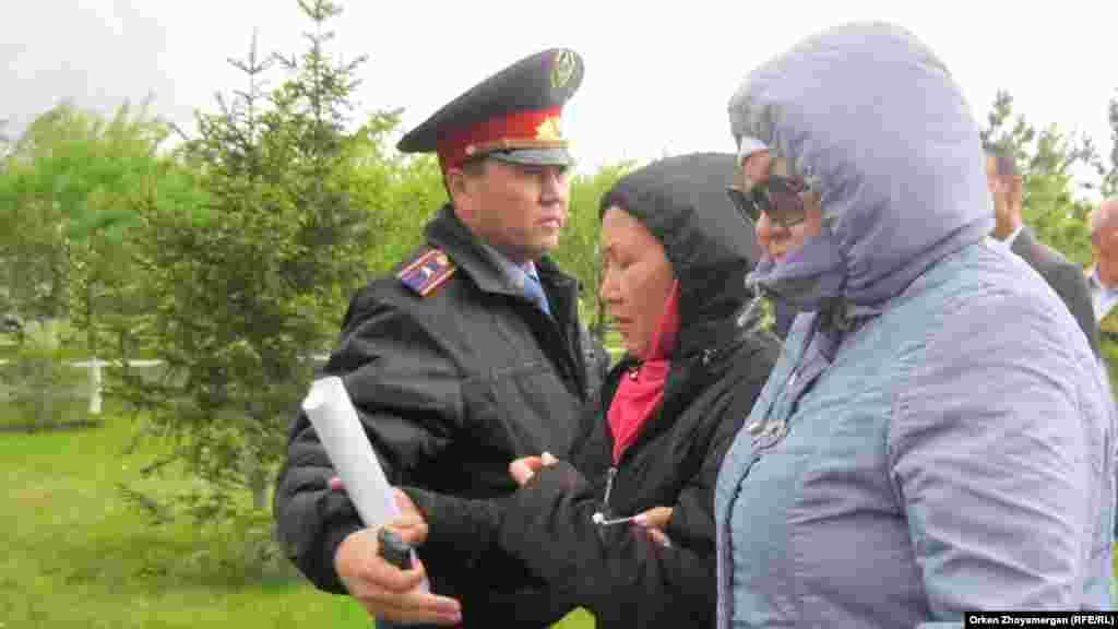 Офицер полиции требует, чтобы активисты движения «ипотечников» не шли дальше и разошлись по домам. Астана, 22 мая 2013 года.
