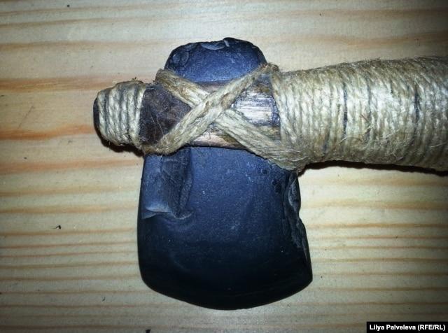 Каменный топор в Музее инструмента.