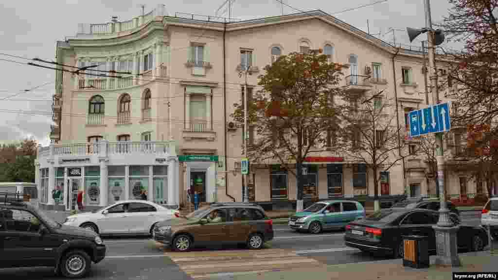 Будинок №52 на Великій Морській. Його побудували в післявоєнні роки для працівників Севастопольського морського заводу